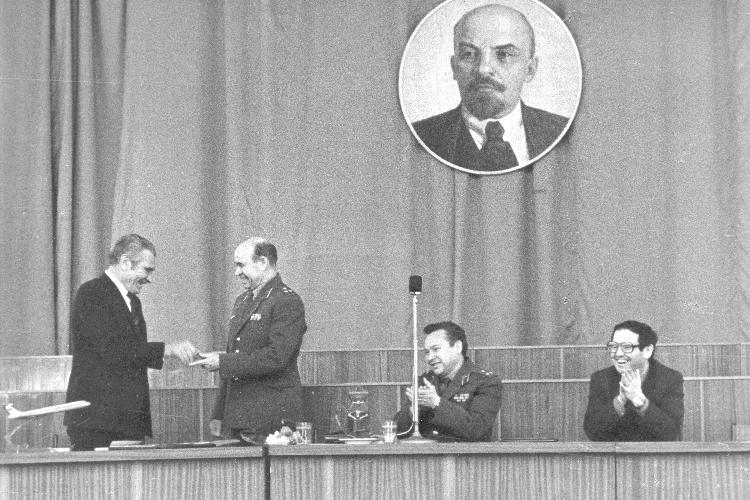 Виталий Копылов вручает награду испытателю Ту-22М3М Алексею Никонову