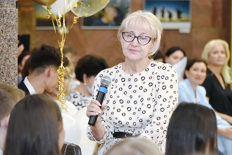 Пожалуй, самым проникновенным изофициальных речей было обращение директора гимназииАмины Валеевой:«Увас впереди обязательно будет хорошая, широкая дорога. Потому что выкней готовы. Явам желаю всегда быть сильными имудрыми»