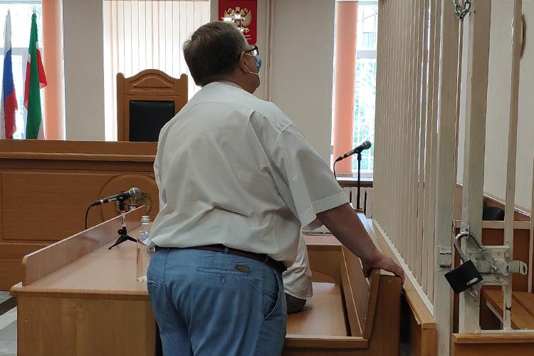 Взале судаэкс-глава приволжского РТНтоидело пытаясь отводить взгляд откамер журналистов. Выглядел онотдохнувшим и, казалось, был вхорошем настроении
