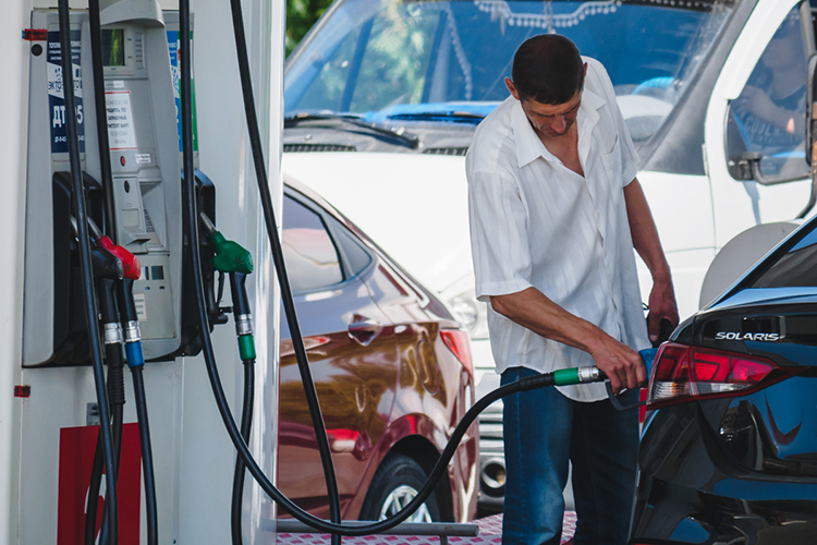 «Вцену бензина заложена зарплата нефтяников, затраты нанефтепереработку, логистику, расходы АЗС итак далее»
