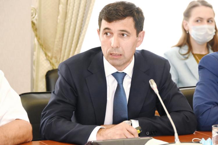 Ректор Казанского государственного аграрного университетаАйрат Валиеврассказал, что ввузе около 5тыс. студентов, ежегодно вуз выпускает больше 800 человек, изних поспециальностям непосредственно для сельхозпредприятий около 500 человек, среди которых 300 очников