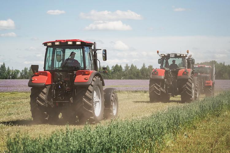 «Язнаю, что фермеры жалуются, что неполучили урожая, ушли вминус. Носельское хозяйство— это образ ихжизни. Они немогут просто взять иуехать вгород, они любят свою землю ихотят наней трудиться»
