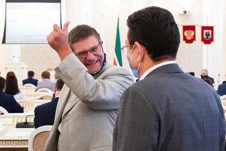 Поддержку Динмухаметову оказывает адвокат изадвокатской конторы «Харина ипартнеры»Тимур Беляков (слева)