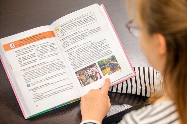 Вэтом году вМоскву отправлены 38 переводных учебников для начальных классов, они должны пройти экспертизу доконца года