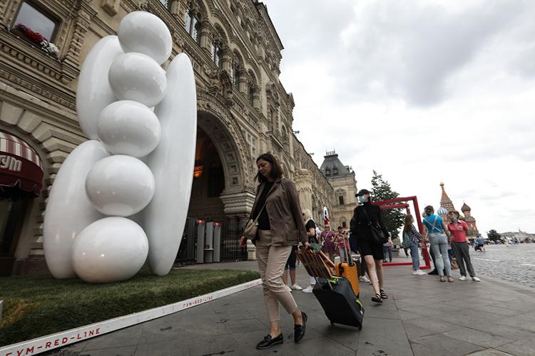 Один изсамых странных инеобычных объектов безусловно «Стабильная композиция»РоманаЕрмакова. Это гигантская скульптура— еевысота 5,8 метра— состоит избелоснежных обтекаемых объёмных фигур