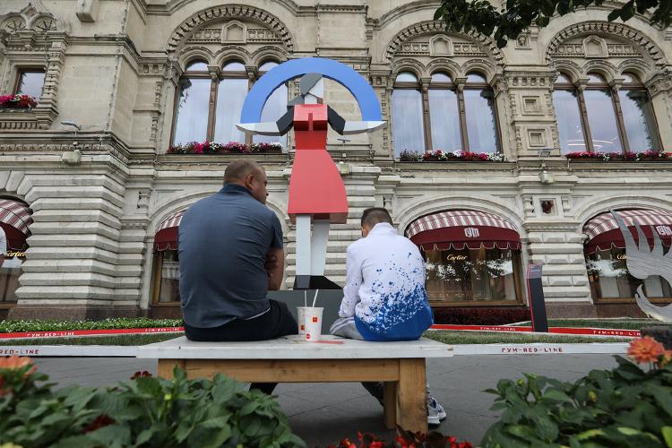 Дмитрий Аске решил поговорить созрителями оновом месте женщины всовременном мире. Его скульптура «После Макоши» представляет изсебя пятиметровую девушку, держащую всвоих руках небосвод