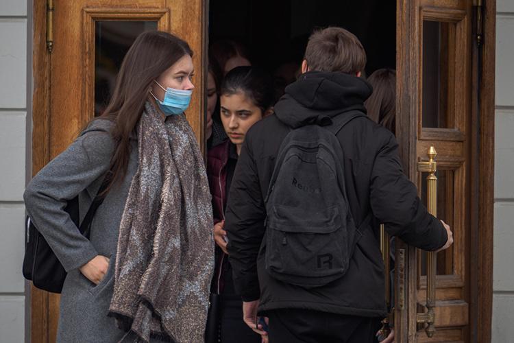 Вузы вМоскве иПетербурге поступили достаточно жестко иобъявили, что незаселят непривитых студентов вобщежития инедопустят ихдозанятий