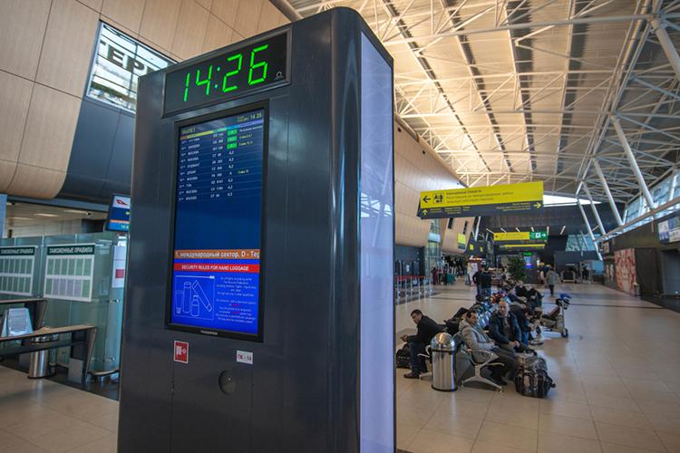 Вчера из-за непогоды ниодин самолет изаэропорта «Казань» невылетел вовремя вСочи, все рейсы были задержаны на1-2 часа, асамый поздний вылет авиакомпании Azur Air, назначенный на15.50, перенесли насегодняшний день