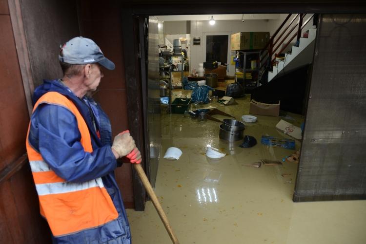 Власти города всерьез рассматривали возможность эвакуации: вчера утром громкоговорители наулицах Сочи призывали граждан быть готовыми покинуть свои дома