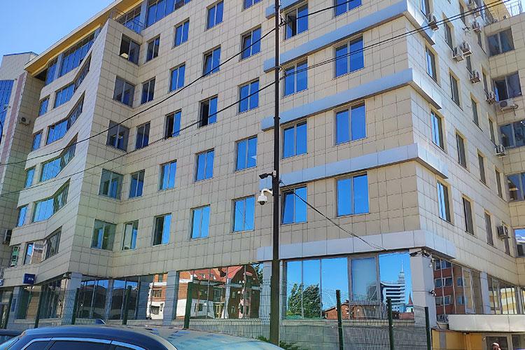 Из здания на Островского, 84, как оказалось, «инвесторы» съехали еще полгода назад. Это семиэтажный офисный центр. Офис Antares Trade располагался, как нам расскаали, на шестом этаже