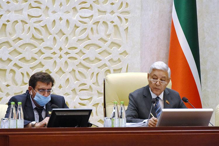 Завершая работу, Мухаметшин обрадовал депутатов — к сентябрю в здании завершится ремонт, на который из бюджета РТ выделили 115,7 млн рублей