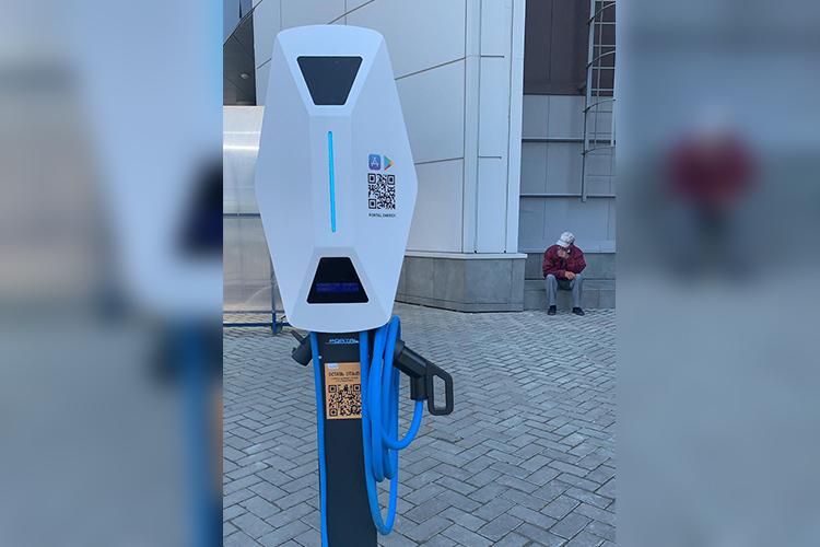 Напаркинге молла вконце июня начала свою работу станция подзарядки для электромобилей