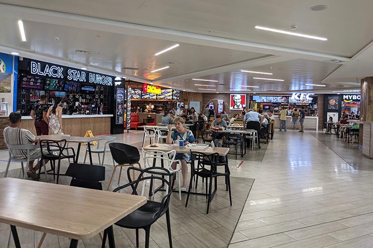 Нафуд-корте в Тандеме по-прежнему два вакантных места. Высокую конкуренцию имсоставляют расположившиеся рядом точки фаст-фуда— «Бургер Кинг», KFC ипервая вКазани бургерная отбизнесмена ирэпераТиматиBlack Star Burger