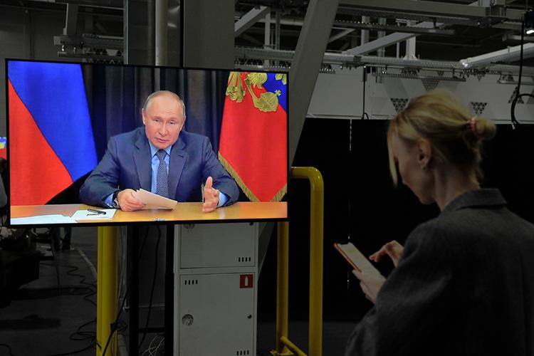 «Злые силы все время муссируют ужасный вопрос, что Путин должен уйти. Он-то не сдал, но вечен ли Путин в глазах этих самых злых сил?»