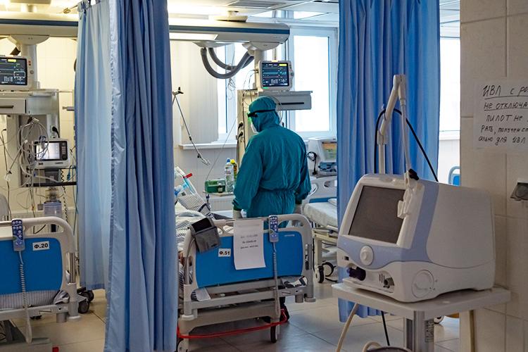 Вреанимации работа идет круглосуточно. Смена состоит издвух реаниматологов, четырех медсестер идвух младших сестер. Удивительно, нодоля переболевших, среди тех, кто работает вреанимации, небольшая— процентов 20-30