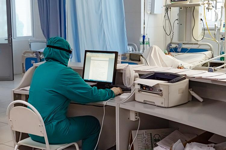 Рабочий день начинается в6.45 сосводки дежурных: кто куда поступил, прибавился, убавился. Реаниматолог смотрит анализы, слушает доклады врачей опрошедшей смене, нештатных ситуациях, затем проводит обход палат сначальником госпиталя