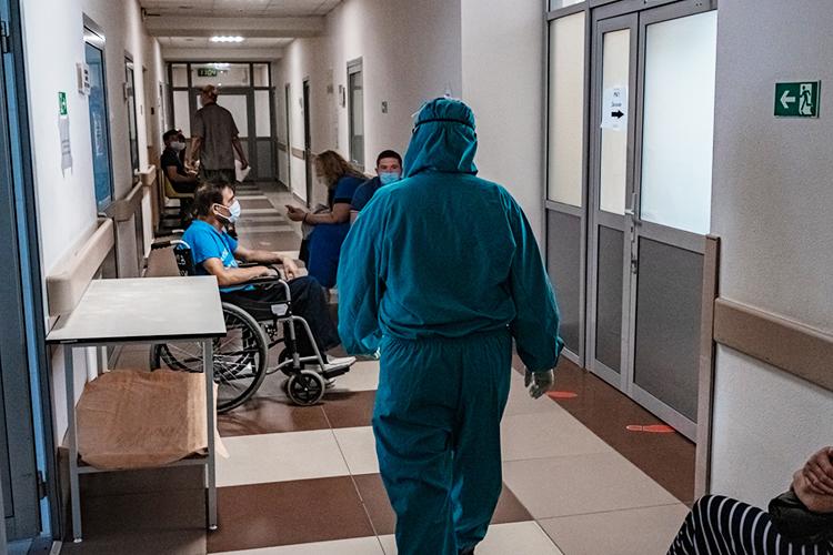 «Вковидном госпитале есть люди ипосле прививки, ивреанимации они даже были— ноэто исключительный случай. Во-первых, все они витоге благополучно переносили инфекцию, аво-вторых, ихкрайне мало»