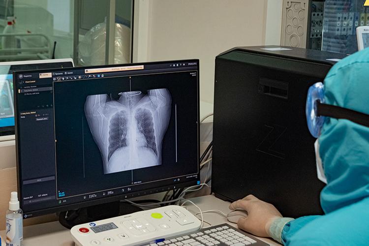 «Болезнь сейчас протекает намного тяжелее иболее молниеносно. Если раньше инкубационный период был 14 дней, тосейчас мывидим, что пациенты буквально на1-2 день попадают вбольницу споражением легких 25 процентов иболее— пошли тяжелые случаи»