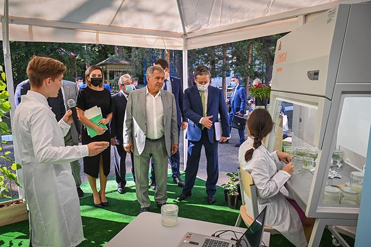 Начался саммит страдиционного обхода нефтегазовой выставки, которую Сорокин возвел вранг одной из«наиболее качественных энергетических площадок страны»