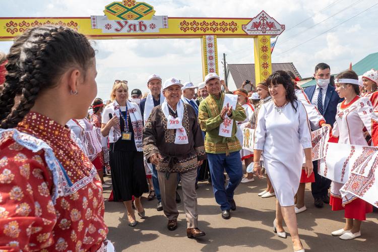 Начался праздник, как водится, сприездаРустама Минниханова.Напрезидента Татарстана надели национальную чувашскую рубашку, дети приветствовали главу республики начувашском итатарском языках