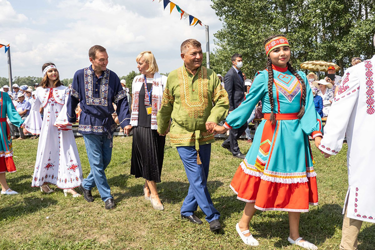 Кульминацией праздника стал большой красочный хоровод сисполнением старинных песен уява, участниками которого стали почетные гости иобоятельные девушки
