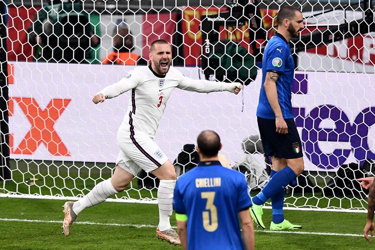 ЗащитникЛюк Шоуподключился катаке, предложил себя надальнем фланге и, получив передачу, идеально пробил. 1:0— иитальянцы вынуждены отыгрываться