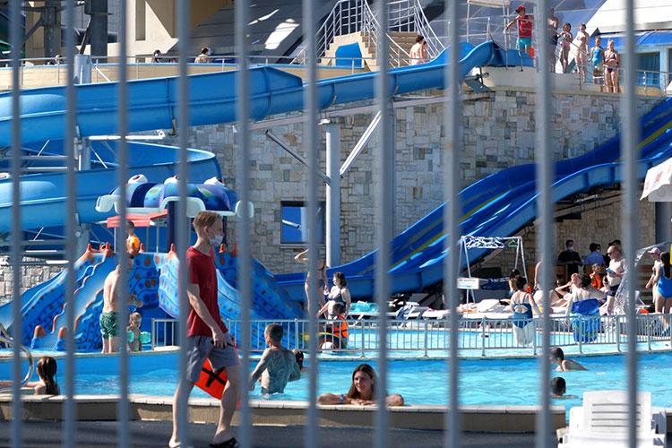 Инцидент произошел внебольшом бассейне, размещенном после выхода налетнюю террасу изосновного здания аквапарка