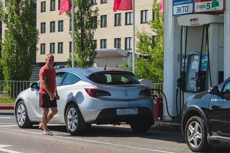 Накануне стоимость бензина Аи-92 наСанкт-Петербургской международной товарно-сырьевой бирже достигла рекордного показателя— 55720 рублей затонну