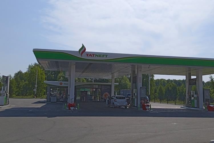 Корреспондент «БИЗНЕС Online» побывал сегодня наодной изАЗС Татнефть. Пословам женщины-оператора, цены поднялись вчера. «Все виды бензина примерно на50 копеек поднялись»