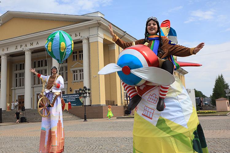Артисты напередвижных платформах, находулях, воригинальных костюмах исмузыкальными инструментами, прошли поглавной улице города доплощади перед драматическим театром, где после давали представления