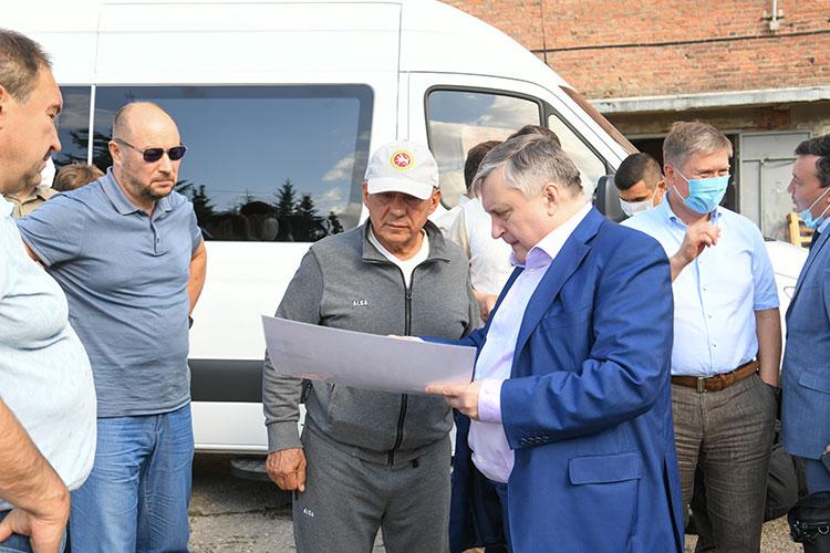 О будущем фабрики Минниханову рассказывал ее покупатель — генеральный директор АО «Связьинвестнефтехим» Валерий Сорокин