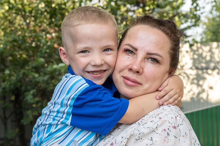Ярослав— третий ребенок уГеоргияиАлевтины Силахиных. Отом, что ихсын болен именно муковисцидозом, Силахины узнали только в2020 году, когда мальчику сделали компьютерною томографию легких