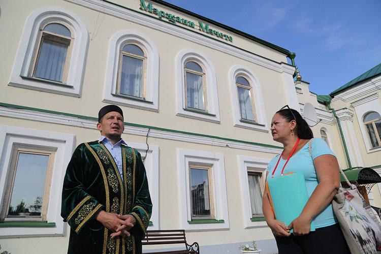 Двухэтажная мечеть выстроена в стиле российского провинциального барокко, гармонично сочетающегося с древними булгарскими мотивами и элементами татарского декоративно-прикладного искусства. Нас встретил местный имам Мурат Хазиев