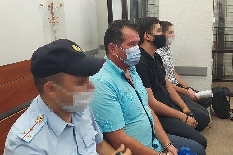 Сегодня днем в Ново-Савиновский районный суд Казани в наручниках доставили заместителя главного инженера аквапарка «Ривьера» Ильдара Гарипова