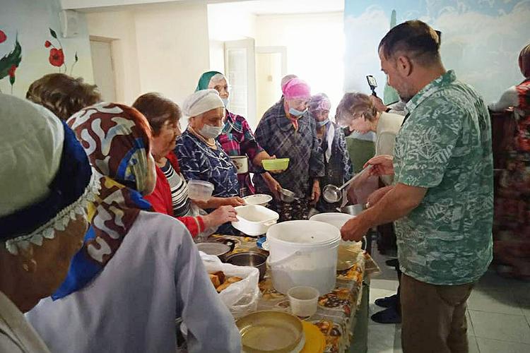 Наш фонд попроекту #кормим сотрудничает смечетью «Салях». Повторникам привозим еду— салат, суп, второе ивыпечку— вДом ветеранов наДубравной, 35, ветераны приходят спосудой иуносят еду всвои квартиры, очень благодарят!