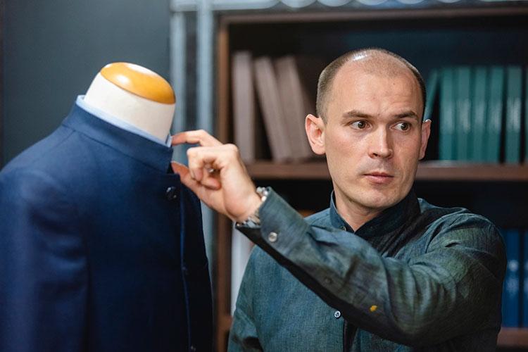Рустам Риянов отметил, что отличие от популярного в Китае аналога все же есть: татарский костюм более удобен благодаря тому, что «воротниковая зона более сглаженная, а не стоит ровно, как у военного кителя»