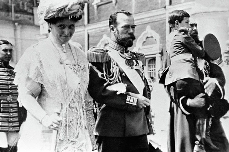 Российский император Николай II (в центре), императрица Александра Федоровна (слева)