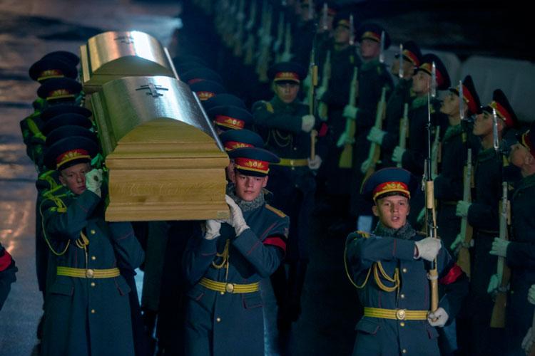 Солдаты роты почетного караула несут прах великого князя Николая Николаевича Романова (младшего), командовавшего русской армией в 1914 году, и его супруги великой княгини Анастасии Николаевны.