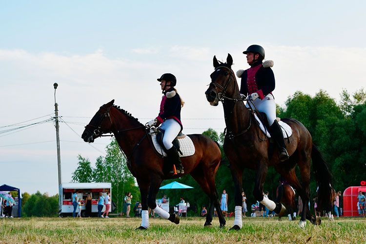 Зрители с интересом рассматривали девушек в красивых костюмах для верховой езды, мастерски гарцующих на лошадях