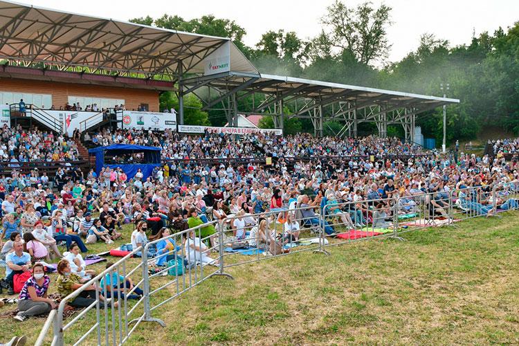 Площадка перед сценой уже почти заполнилась людьми, пришедшими сосвоими пледами, «пенками» ипокрывалами