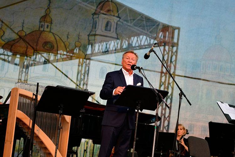 Как и в другие дни, в минувшую пятницу концерт начинался в половине седьмого вечера, но уже задолго до этого времени на месте событий был знаменитый актер Сергей Шакуров