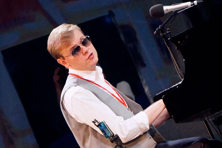 Насцену вышел Аккуратов исначала поразил публику англоязычным джазовым вариантом песни сприпевом «Бэйби, мин сине яратам»