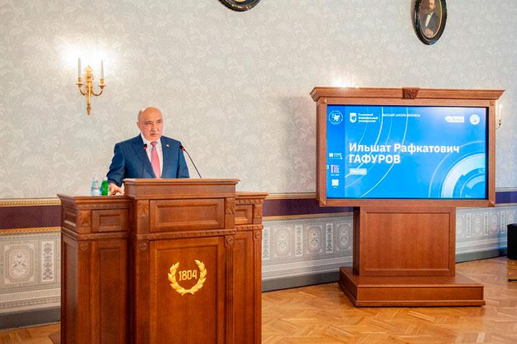 Церемонию вручения дипломов проводили Гафуров (на фото) и Сорокин