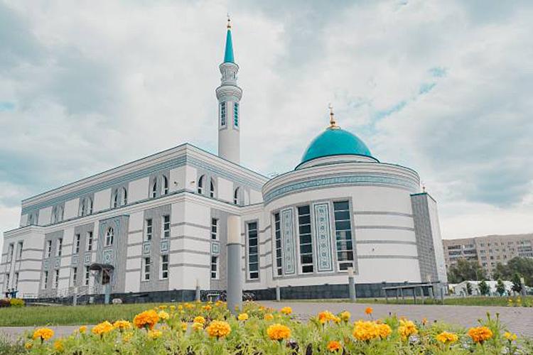 Валиулла хазрат Якупов ещенаэтапе формирования концепции строящегося центра «Ярдэм» порекомендовал отойти отклассической модели мечети как храма всторону реабилитационного, социального центра