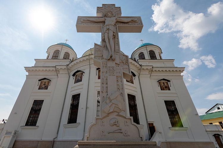 Исторически не было у Собора поклонного креста, сегодня он есть — изготовили по аналогам