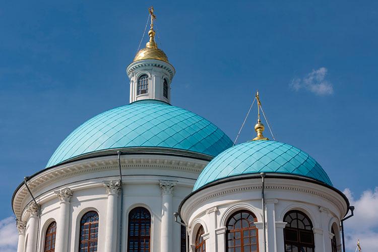 Минкульт РТ настаивал на том, что купола должны быть цвета луженой меди, цвета оцинковки. Казанская епархия настаивала на голубой краске — это цвет Пресвятой Богородицы. Спорили очень долго. Возобладала позиция церкви