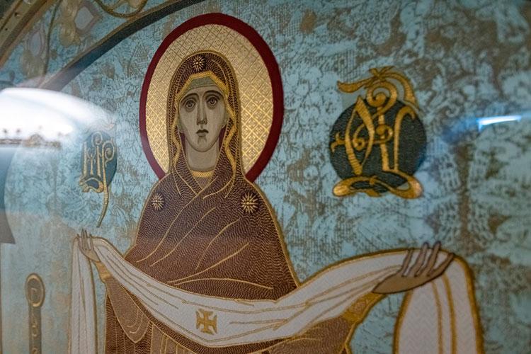 Изюминкой пещерного храма стала уникальная икона-пелена «Покров Богородицы», установленная в восточной части иконостаса храма