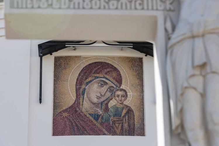 Иконы нафасаде собора исторически были выполнены спомощью росписи пометаллу. Втовремя мозаика была довольно дорогостоящей, иона несчиталась традиционной для российских храмов