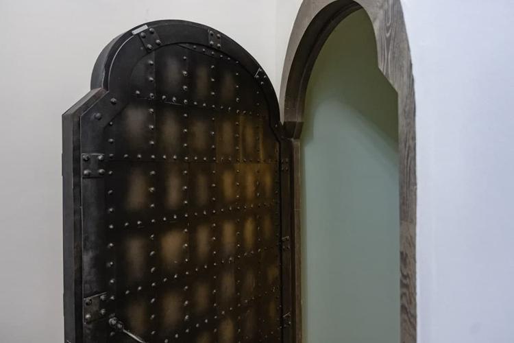 При посещении пещерного храма стоит также обратить внимание на двери — они дубовые, обшитые металлическими пластинами. Каждая пластина как чешуя прикована к дверям