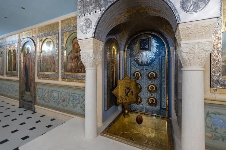 Навостоке впещерном храме расположено место обретения иконы—часовня Казанской иконы Божией Матери